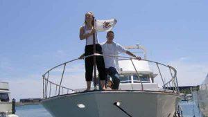 Two teenagers pose like Leonardo di Caprio and Claire Danes in the Movie Titanic